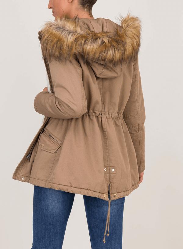 Costas do casaco camel com pelo no capuz para mulher da Tiffosi