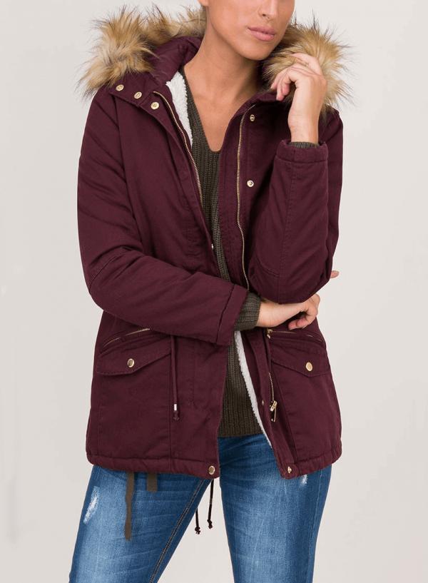 Frente do casaco bordô com pelo no capuz para mulher da Tiffosi