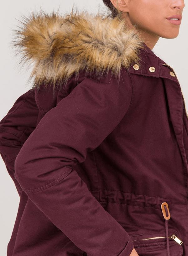 Pormenor do capuz do casaco bordô com pelo no capuz para mulher da Tiffosi