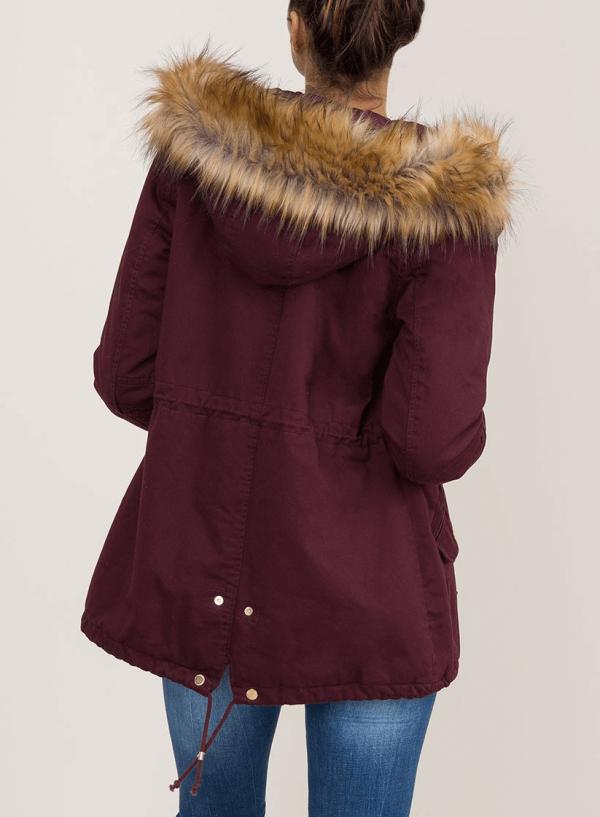 Costas do casaco bordô com pelo no capuz para mulher da Tiffosi