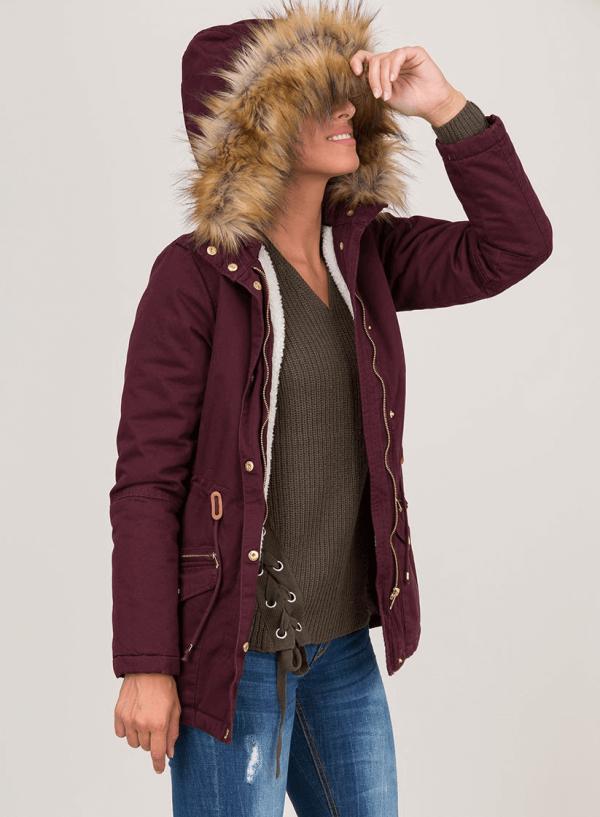 Lateral do casaco bordô com pelo no capuz para mulher da Tiffosi