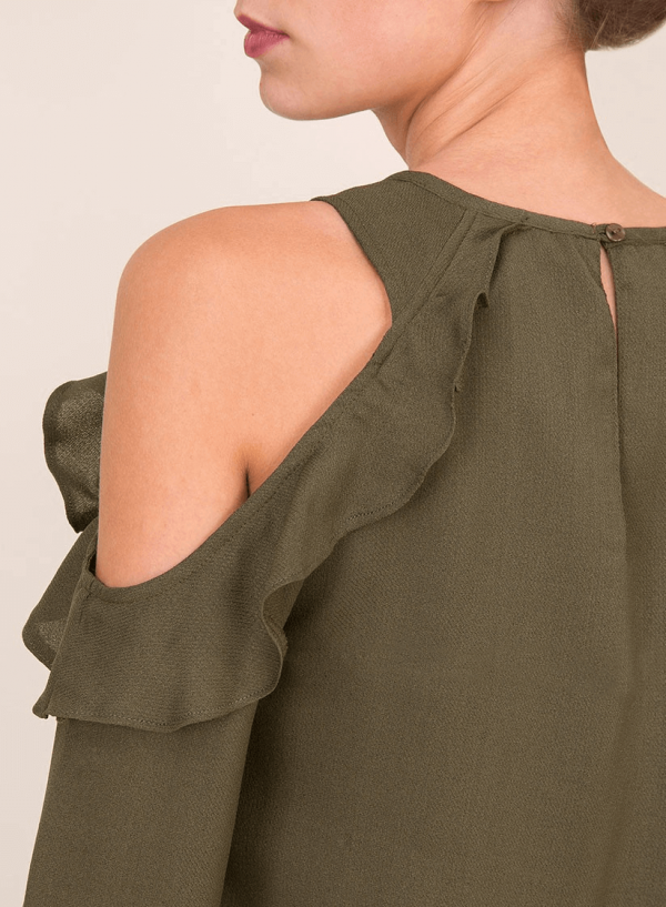 Pormenor do ombro do vestido ombro descoberto em verde da Tiffosi