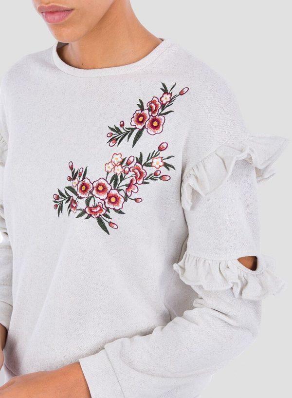 Pormenor da frente da sweatshirt bordado floral folhos para mulher da Tiffosi