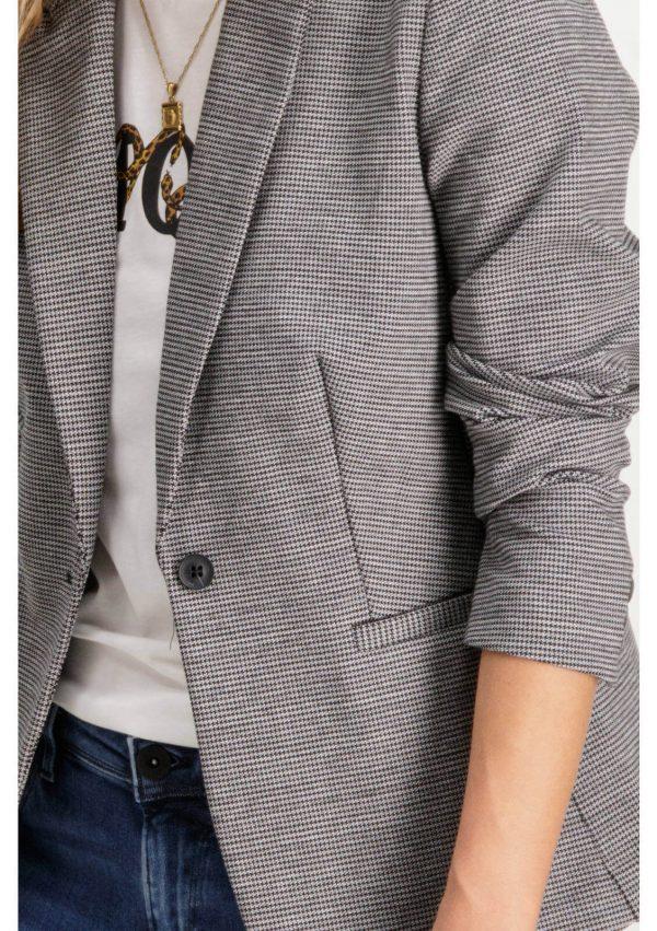 Pormenor da frente do casaco de xadrez com botão para mulher da Garcia Jeans