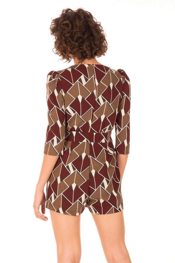 Costas do jumpsuit calção em print geométrico da Minueto