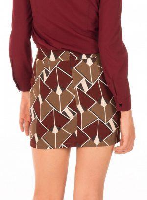 Parte de trás da saia com print geométrico da Minueto