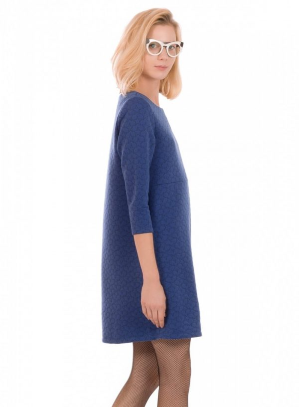 Lateral de vestido de malha azul com estrelas bordadas, de manga comprida, da Minueto