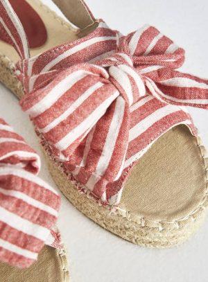 Sandália com risca vermelha e laço da Surkana