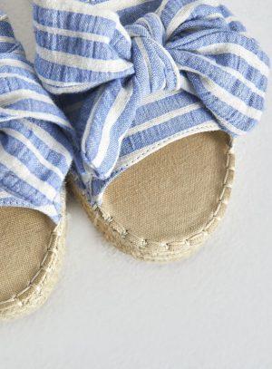 Sandália com risca azul e laço da Surkana