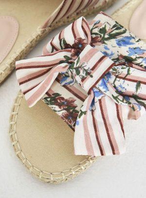 Sandália rosa com print floral da Surkana