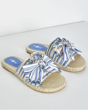Sandália azul com print floral da Surkana