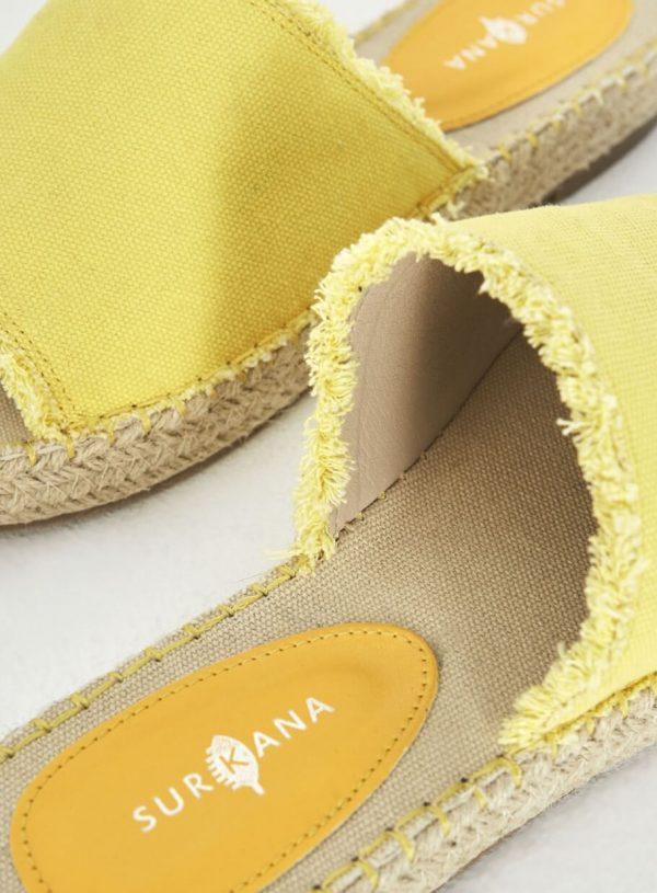 Sandália amarela com desfiados da Surkana