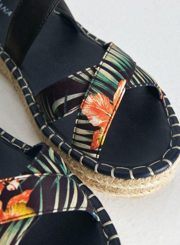 Sandália com fivela em print floral da Surkana