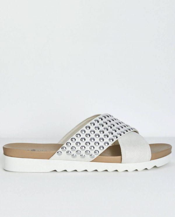 Sandálias brancas com tachas da Surkana