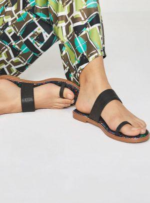 Sandália preta com print na sola da Surkana