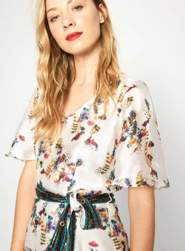 Vestido com print floral e cinto da Surkana